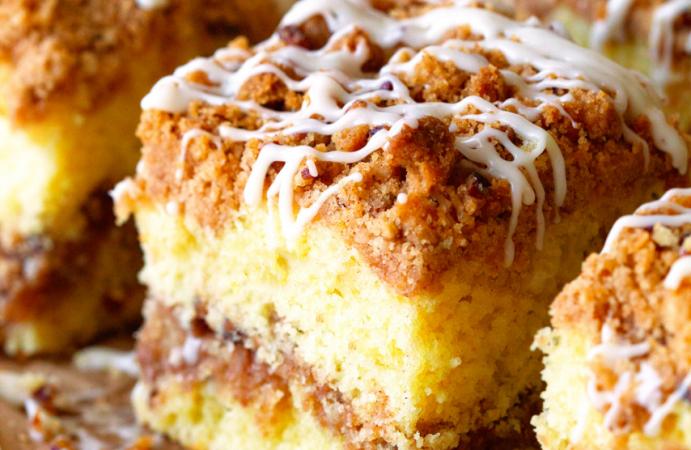Extra Crumble Cinnamon Roll Cake